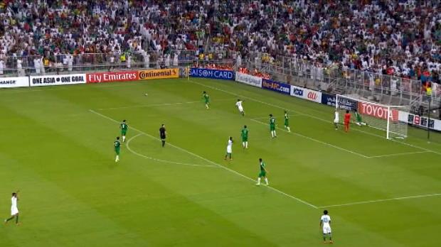 لقطة: كرة قدم: تشتيت مذهل للكرة قبل دخولها المرمى العراقي