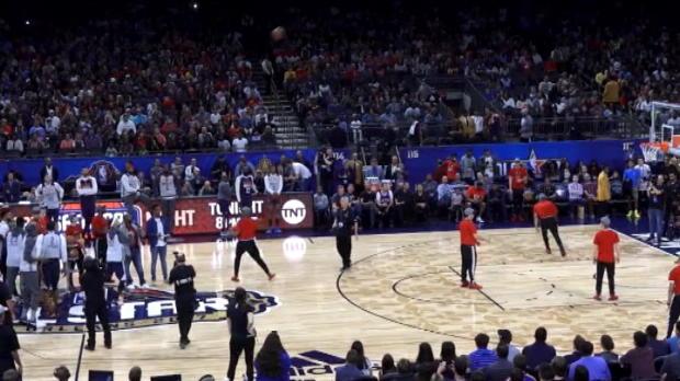 لقطة: كرة سلّة: كوري يقود فريقه للفوز في منافسات التسديدات من منتصف الملعب