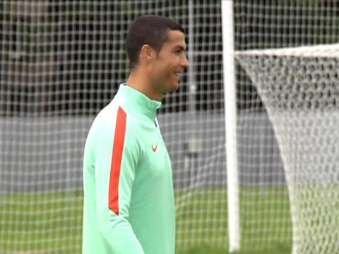 لقطة: كرة قدم: رونالدو يتدرب استعداداً للقاء نيوزيلندا