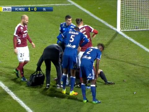 لقطة: كرة قدم: إيقاف مباراة متز وليون عقب إلقاء مفرقعات ناريّة على الحارس