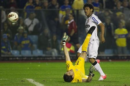 Romarinho marca contra o Boca em La Bombonera