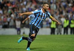 Maicon comemora gol pelo Grêmio