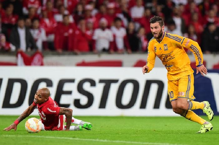 Gignac passa por Alan Costa no jogo entre Internacional e Tigres, pela Copa Libertadores de 2015