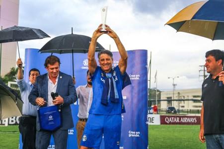 Renato recebe prêmio na CONMEBOL - Grêmio