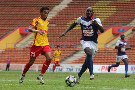 PKNS' Alif Haikal Sabri challenges for the ball with Kelantan's Mamadou Danso 27/1/2017
