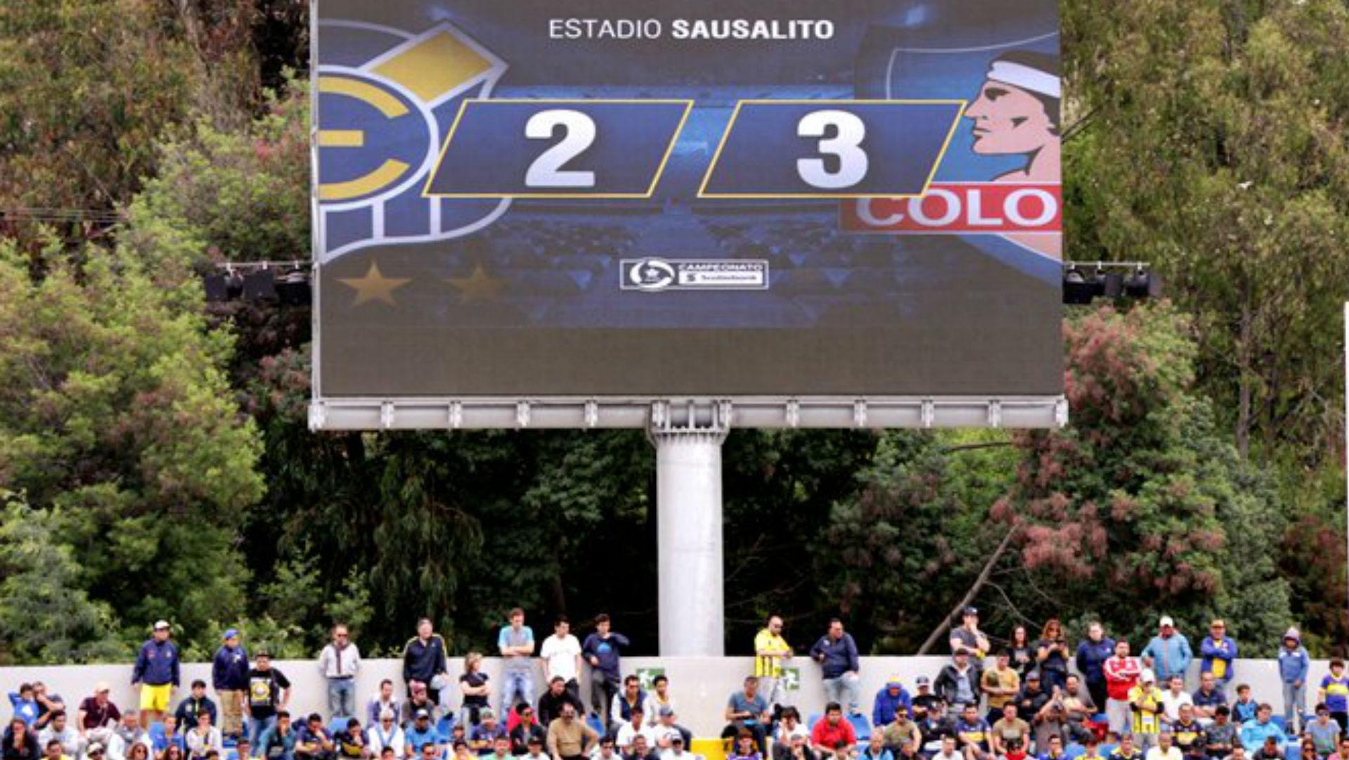 Colo Colo derrotó sobre la hora a Everton y quedó como puntero