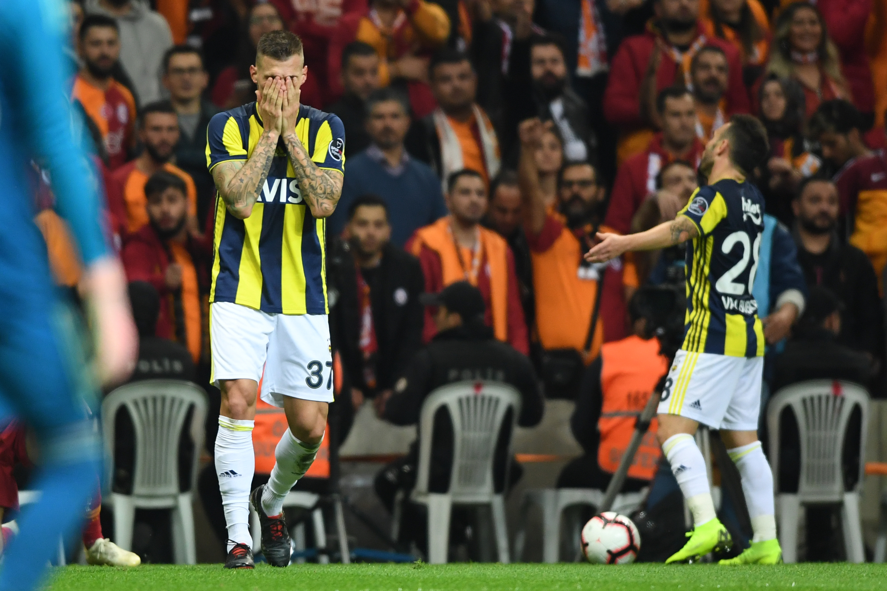Martin Skrtel Mathieu Valbuena Galatasaray Fenerbahce Turkish Super League 11/02/18
