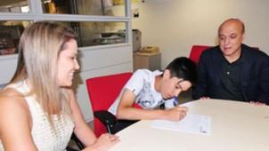 Enzo, filho de Fernandão, assina com o Inter