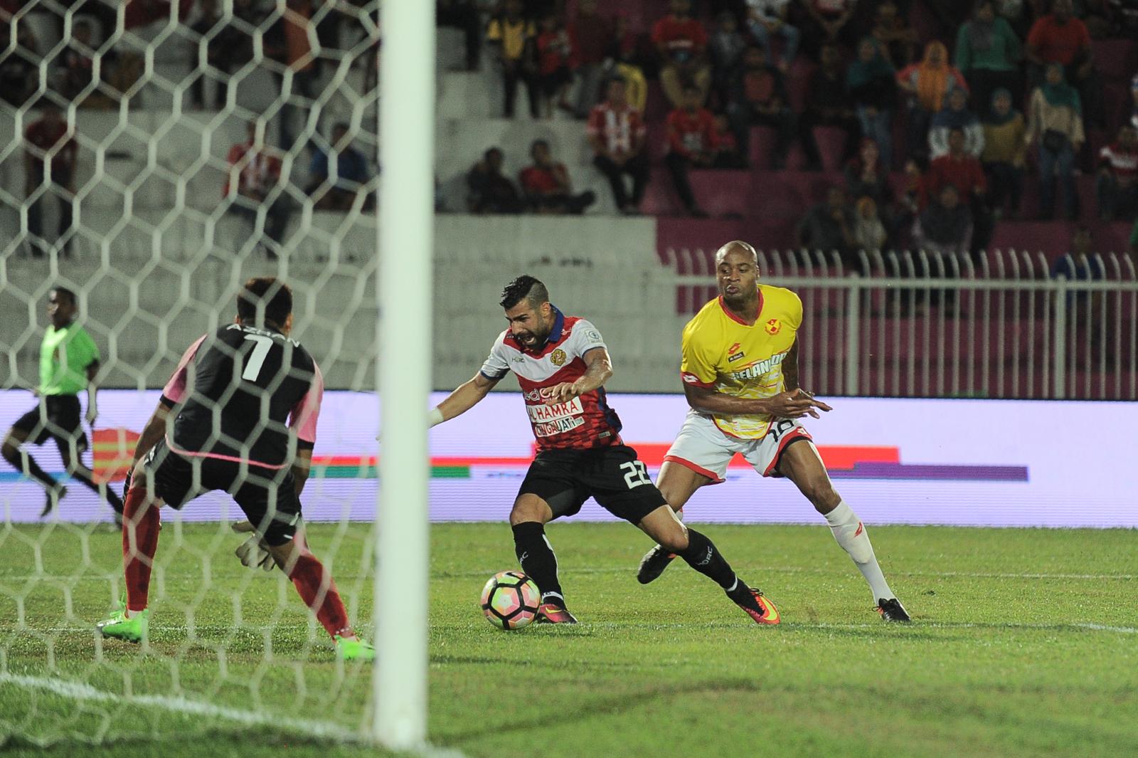 Kelantan's Mohammed Ghaddar (left) tries to elude Selangor's Ugo Ukah 25/2/2017