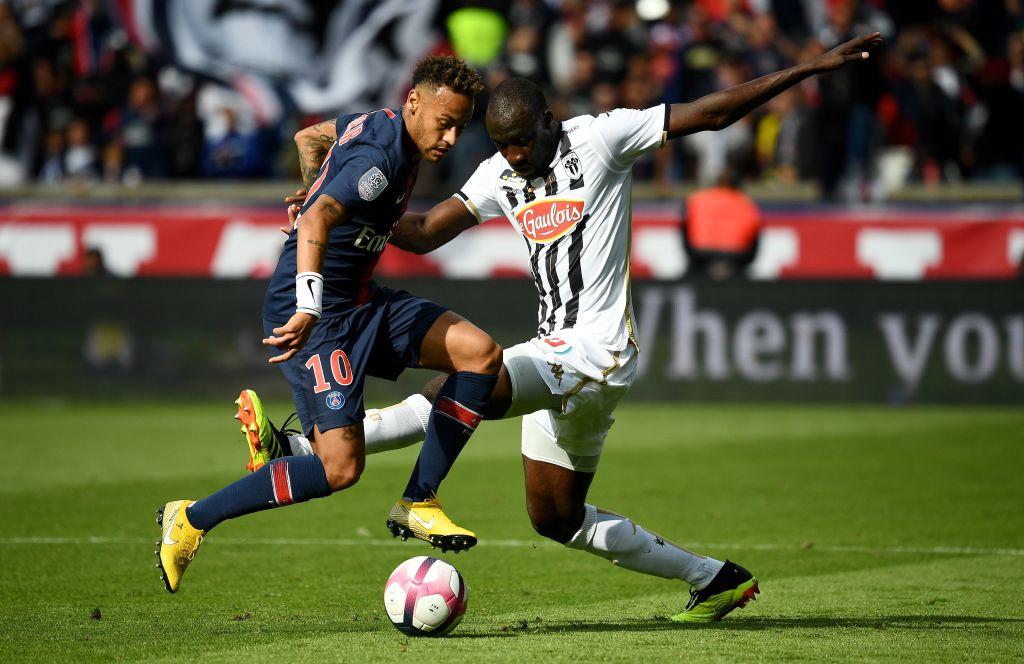 Neymar disputa bola no duelo entre PSG e Angiers