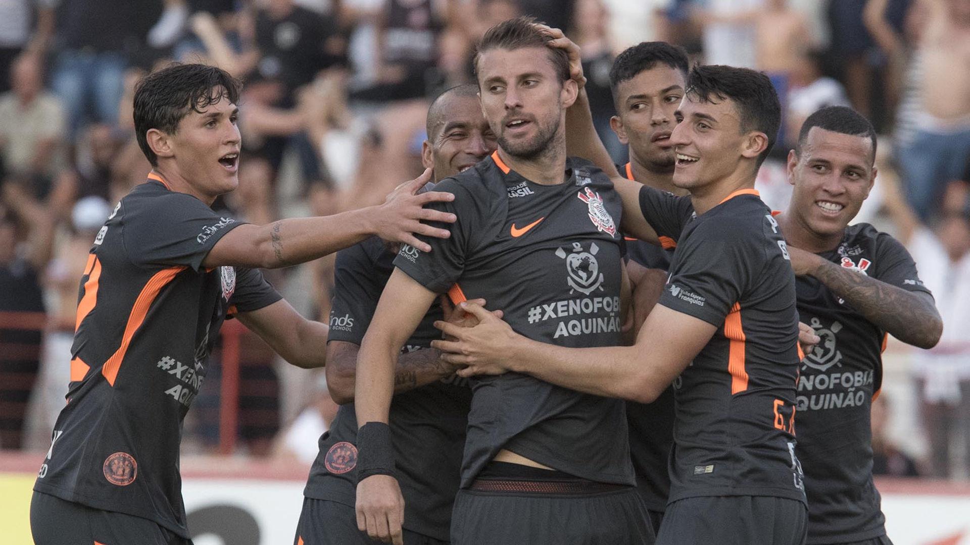 Carille faz duas grandes mudanças no time titular do Corinthians