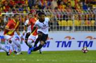Pulau Pinang's Syamer Kutty Abba (in white) tries to get past Selangor defenders 21/1/2017