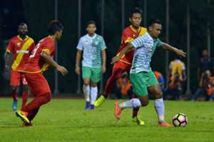 Melaka United's Amri Yahyah (right) tries to get past Selangor players 27/1/2017