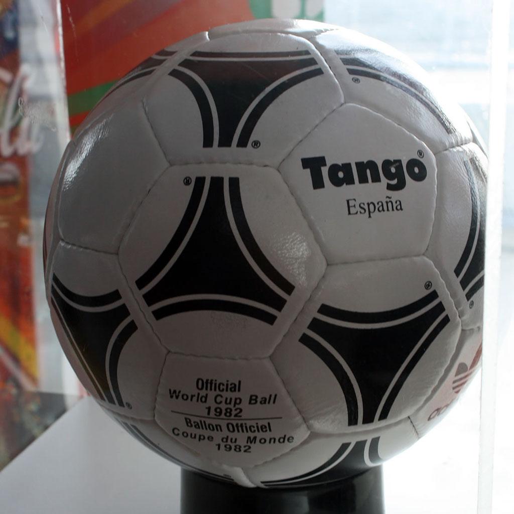 cf3b23b661402 As bolas da Copa do Mundo  de Tango até Jabulani
