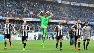 Juventus players celebrating after away match vs Sampdoria Serie A 2016-17