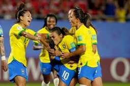 Marta beija a chuteira após gol