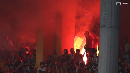 CĐV Nghệ An đốt pháo sáng ở Hàng Đẫy, BTC sân lo sốt vó | Goal.com