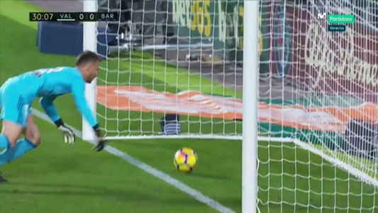 Neto Messi Valencia Barcelona ball over line