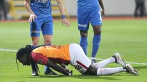 Galatasaray Bafetimbi Gomis faints during match against Kasimpasa 02182018