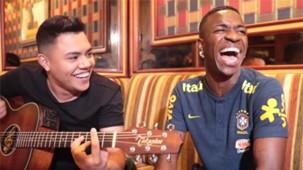 Screen Vinicius Junior cantando