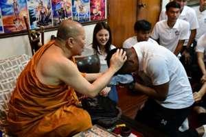 """ทีมชาติไทย นมัสการกราบไหว้ขอพร """"เจ้าคุณธงชัย"""""""