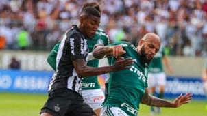 Felipe Melo, do Palmeiras, disputa bola com jogador do Atlético-MG