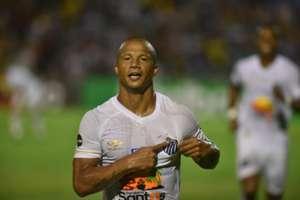 Carlos Sánchez comemora gol pelo Santos