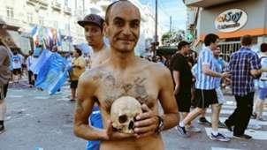 El aficionado de Racing, con el cráneo de su abuelo.