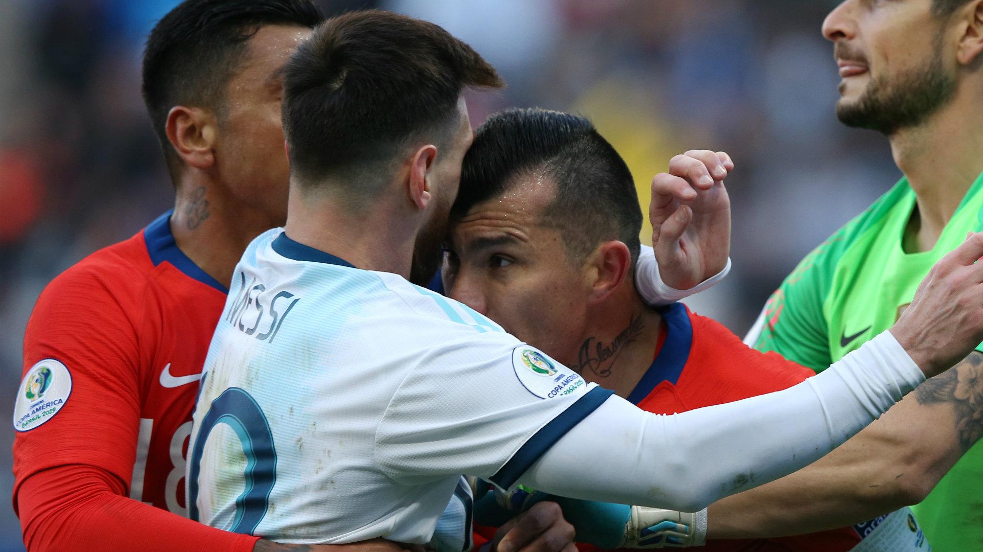 (VIDEO) ARGENTINCU JE OVO PRVI CRVENI KARTON U NEKOJ SLUŽBENOJ UTAKMICI! Messi i Medel dobili crvene kartone nakon koškanja…