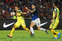 Johor Darul Ta'zim's Brian Ferreira (middle) vies for the ball with Kedah's Fitri Omar (left) 20/1/2017