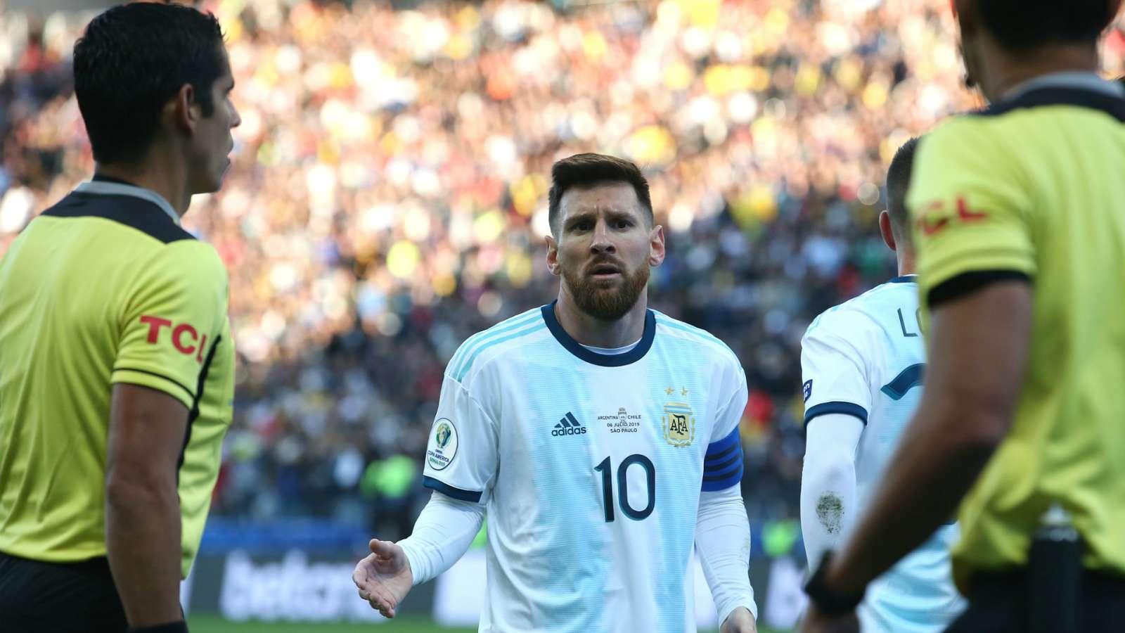 在梅德尔头衔之后,梅西在与阿根廷的Copa America比赛中被罚下场