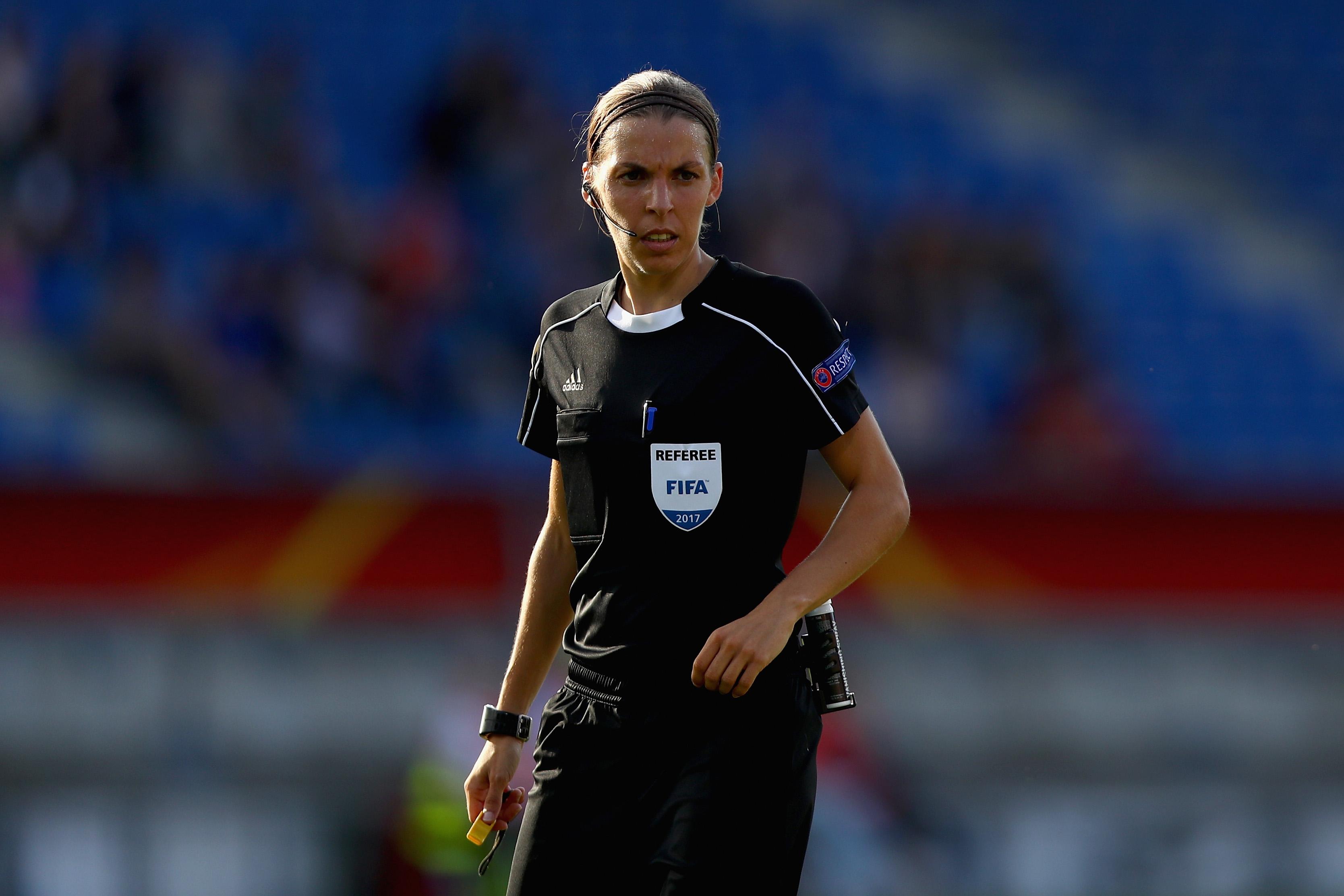 Stéphanie Frappart, première femme arbitre de centre en Ligue 1