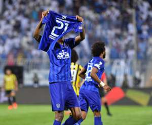لاعبو الهلال يرفعون قميص عمر عبد الرحمن عموري