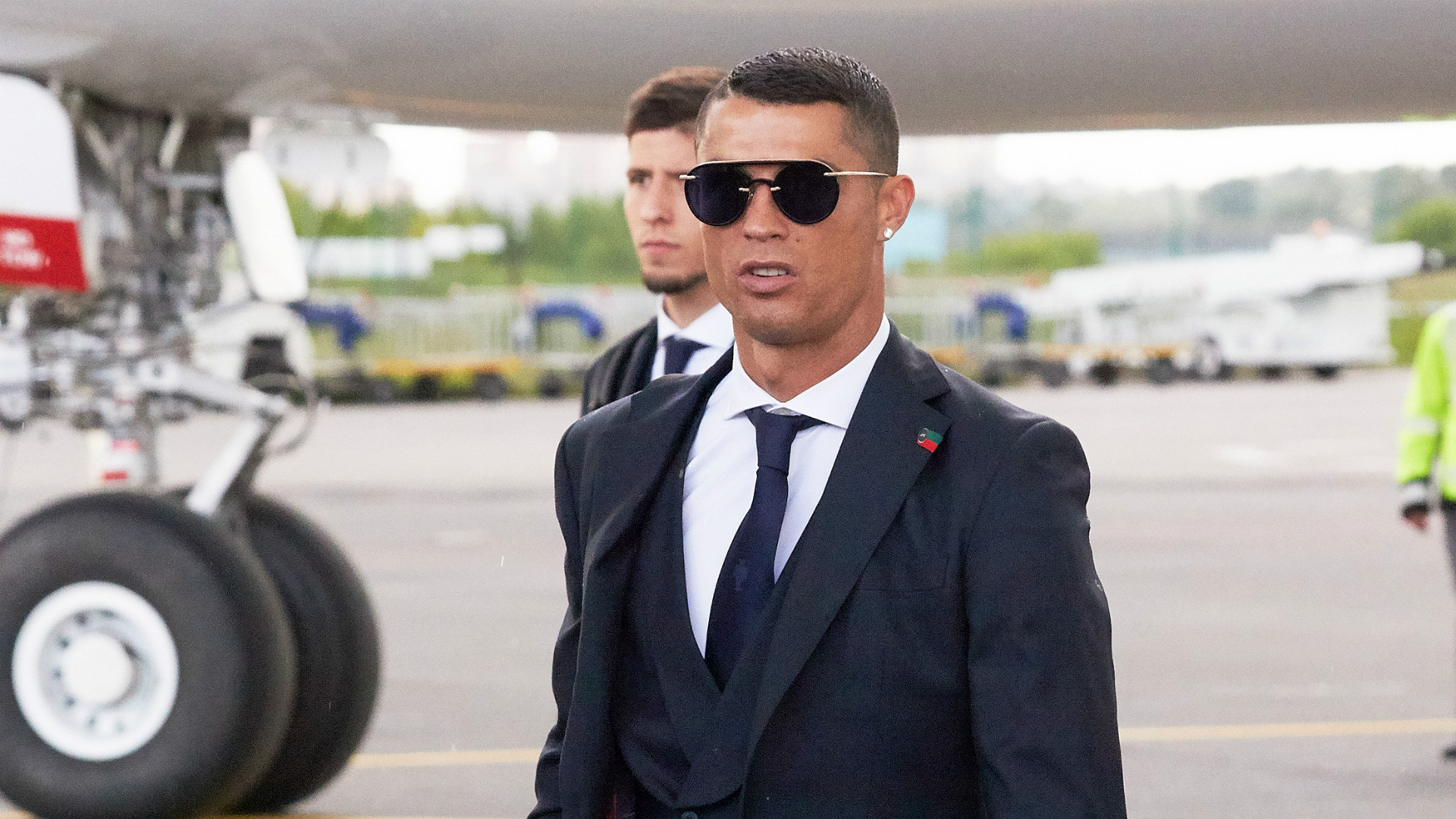 https://images.performgroup.com/di/library/GOAL/4/23/cristiano-ronaldo-at-the-airport_mciur17pc90d1f6d26uno1i6x.jpg