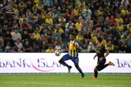 Pahang's Mohamadou Sumareh (left) playing against T-Team 27/1/2017