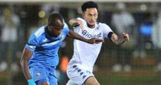 Augustine Tunde Oladepo of Enyimba challenges Daylon Claasen of Bidvest Wits