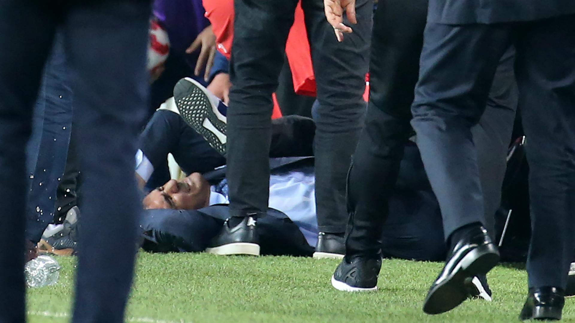 Clamoroso in Turchia: ferito l'allenatore del Besiktas, sospeso il derby di Istanbul