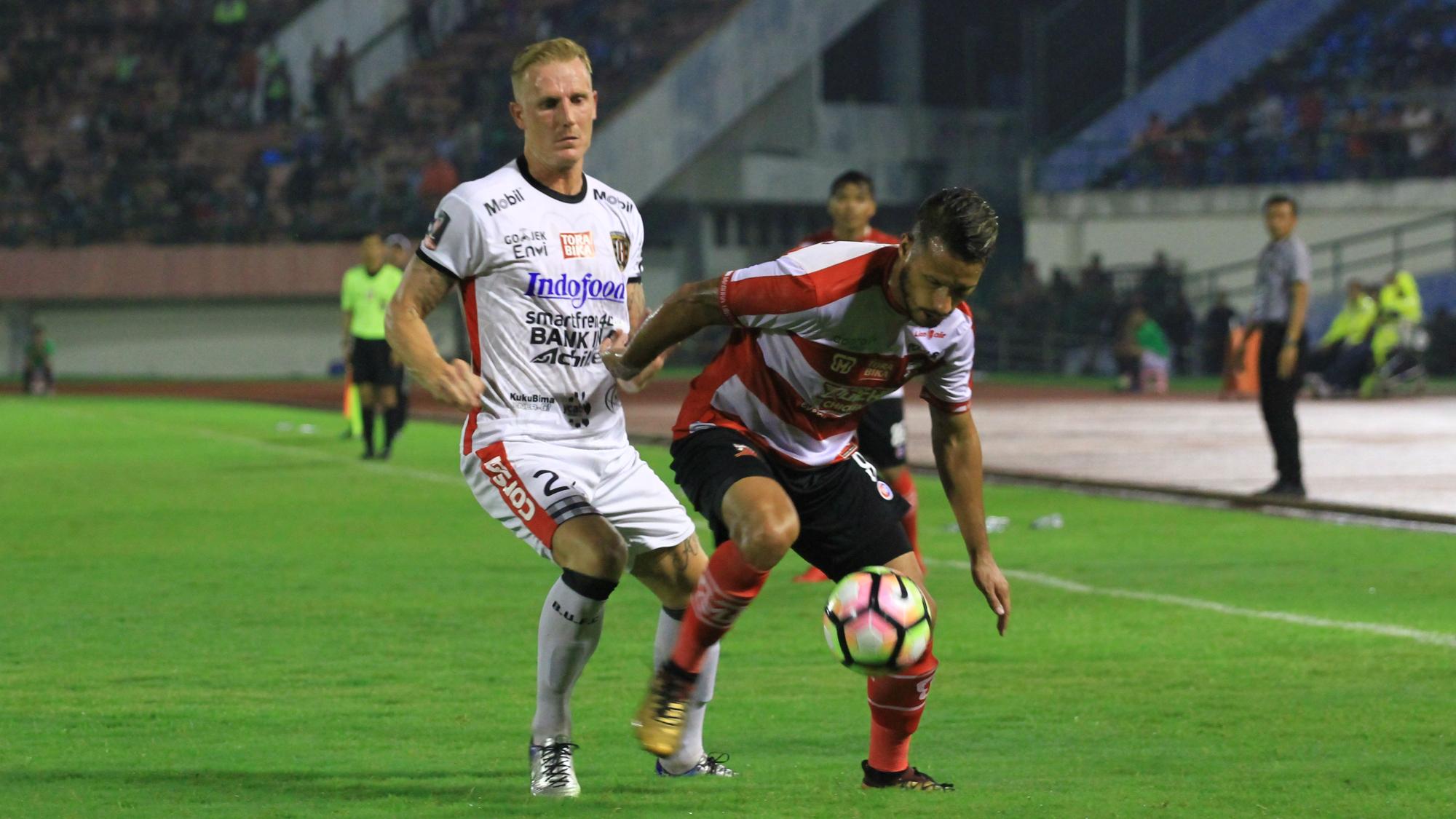 Raphael Maitimo - Madura United & Nick Van Der Velden - Bali United