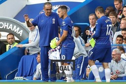 첼시의 사리 감독(좌)과 공격수 아자르(우)가 얘기를 나누고 있다. 사진=게티이미지