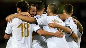 Italy celebrating vs Macedonia