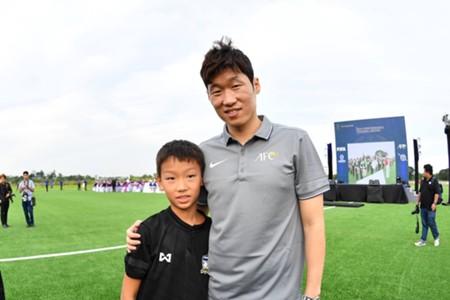 Image result for พาร์ค จี ซอง ชี้ข้อดีเปิดศูนย์ฝึกฟุตบอลในไทย