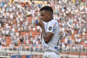 Rodrygo comemora gol do Santos contra o Vasco no Pacaembu