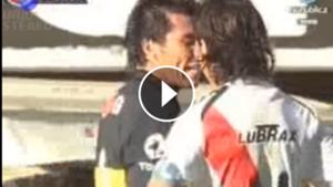 play cruce entre Medel y Gallardo