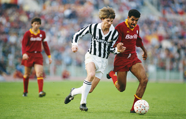 Michael Laudrup (l) tussles with AS Roma defender Toninho Cerezo