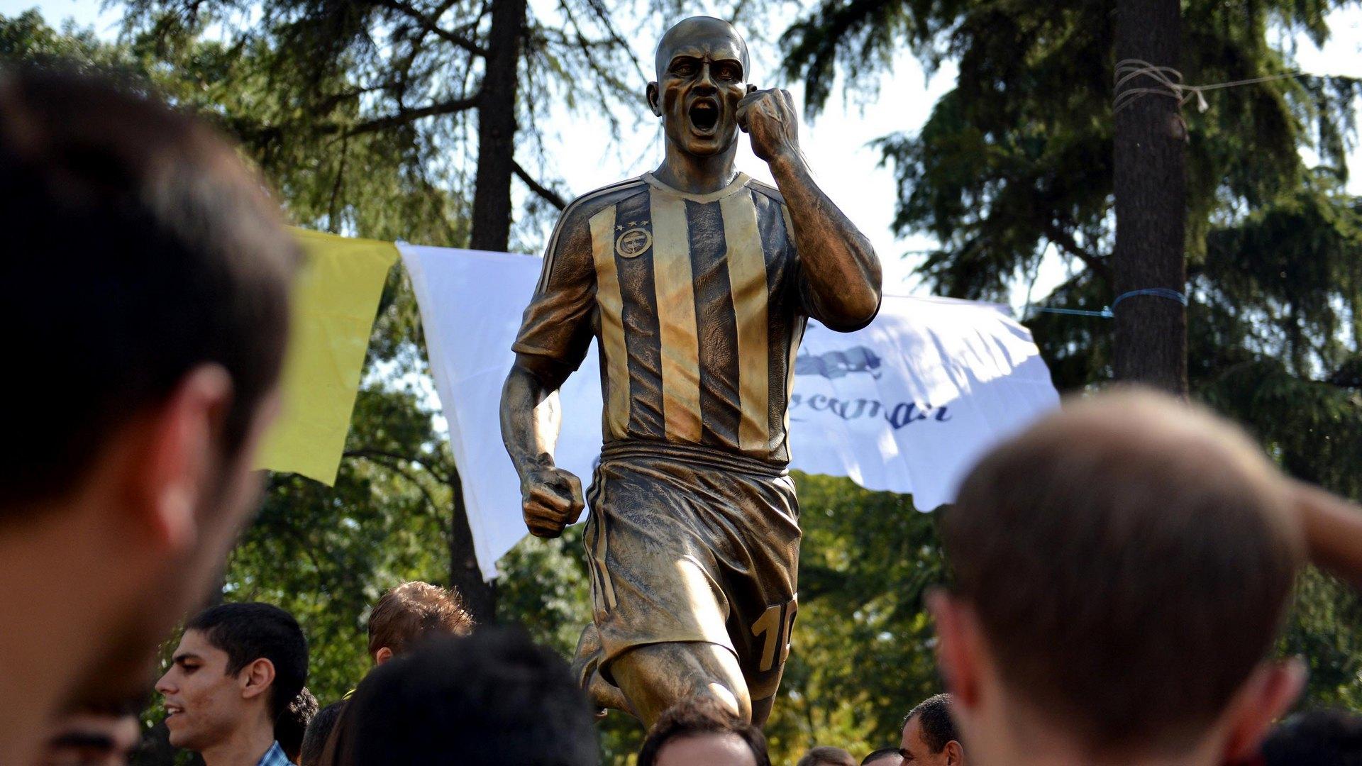 Alex de Souza statue