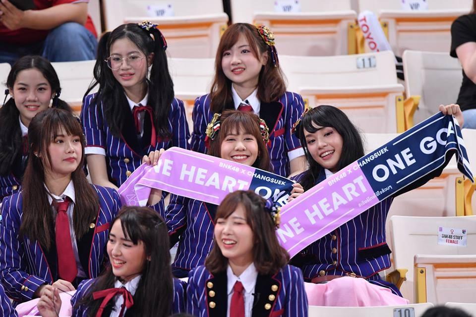 """ผลการค้นหารูปภาพสำหรับ BNK48 ร่วมพลัง """"โอนิกิริ"""" หลังไทยชนะจุดโทษ"""