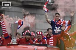 2017-18시즌 UEFA유로파리그 우승 달성 후 마드리드에서 퍼레이드 중인 AT마드리드 선수들. 좌측부터 코케, 그리즈만, 고딘, 토레스. 사진=게티이미지