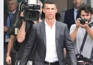 Der Superstar ist da: Cristiano Ronaldo ist in Turin und absolviert bei Juve den Medizincheck. Vorher zeigte er sich schon den Tausenden Fans, die auf ihn warteten. Im Lauf des Tages soll dann die offizielle CR7-Präsentation erfolgen.
