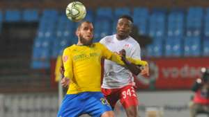 Sello Motsepe of Highlands Park challenges Jeremy Brockie of Mamelodi Sundowns, August 2018