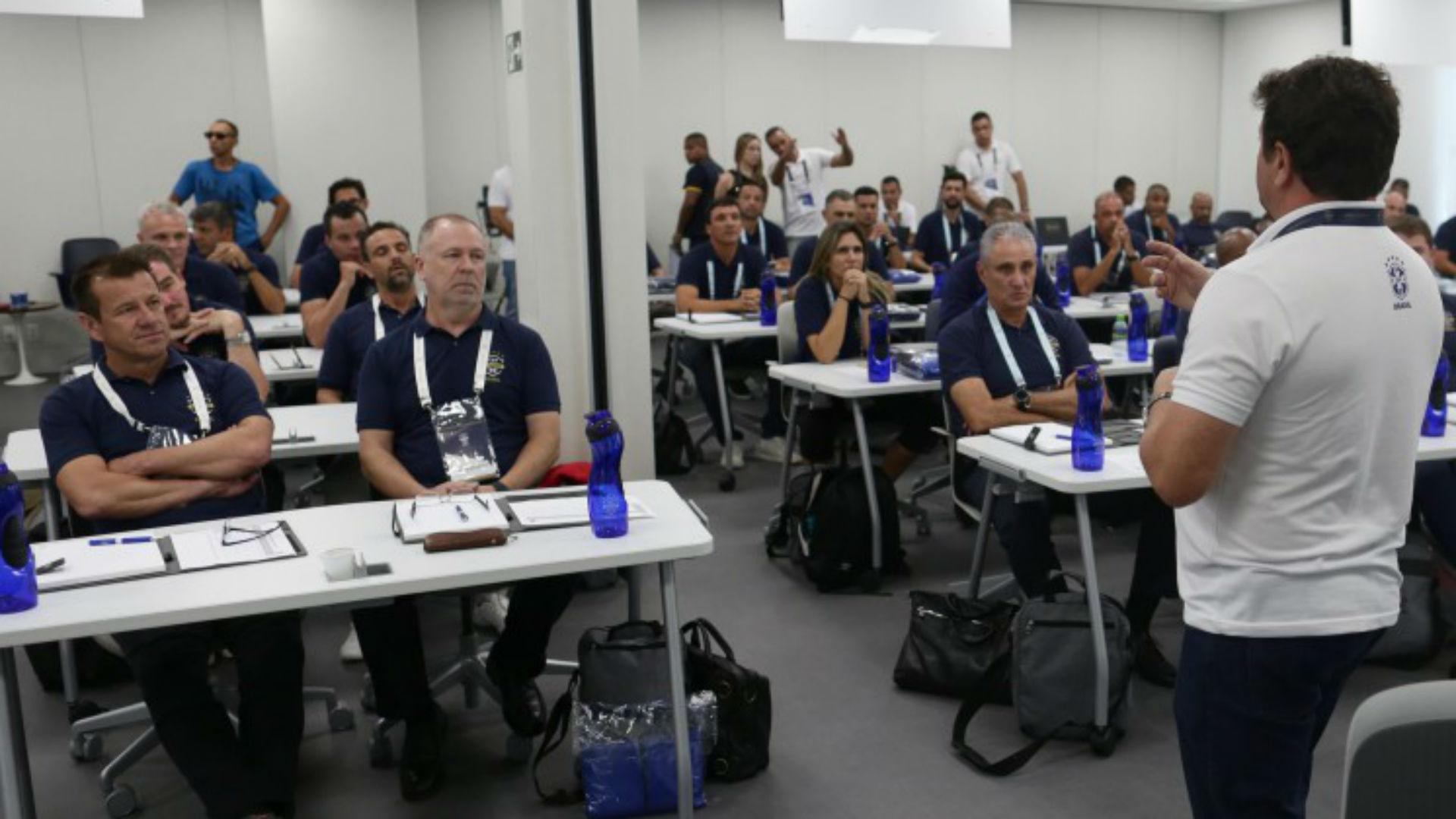 [COMENTE] Os treinadores brasileiros estão ultrapassados. Você concorda com a afirmação do treinador Jorge Jesus?